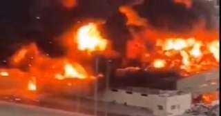 اندلاع حريق ضخم بسوق شعبي بعجمان في الإمارات