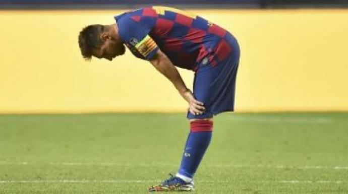 كيف قام ميسي بإبلاغ إدارة برشلونة بالرحيل عن كامب نو
