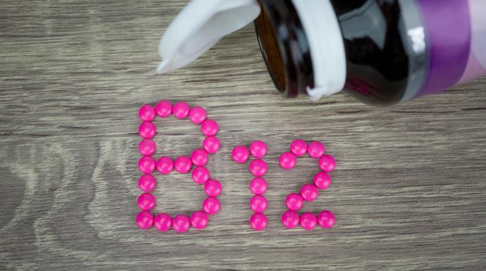 علامتان على الجسم تحذران من انخفاض مستويات فيتامين B12 بشكل خطير